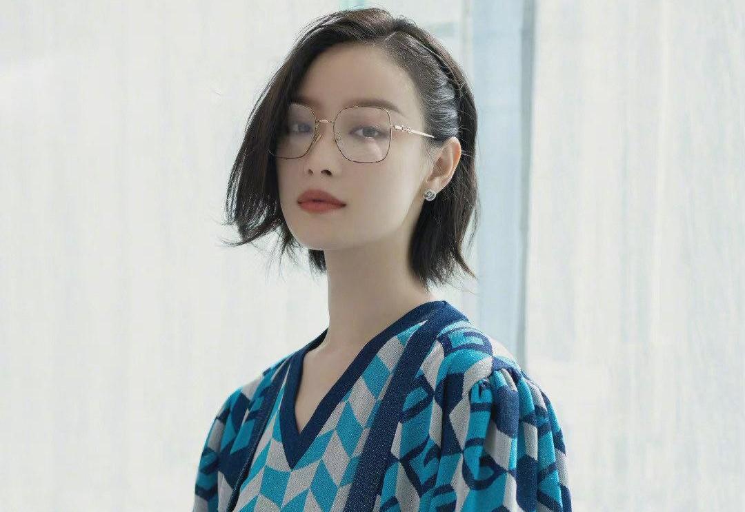 """倪妮才是裙装""""终结者"""",蓝白格子套装裙配一侧编发,时尚又优雅"""