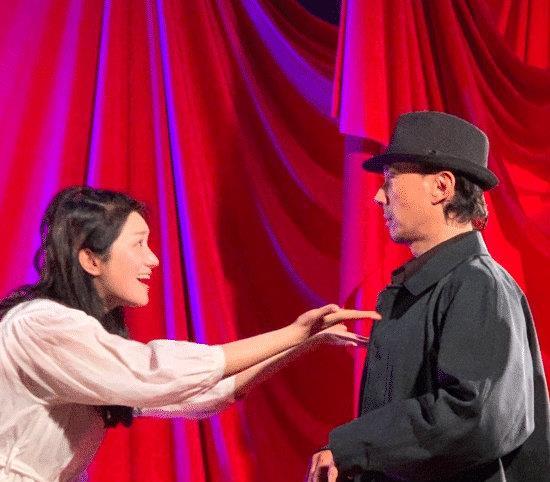赵立新被封杀两年,沦落到酒吧演话剧捞金,肢体接触遭女演员反抗