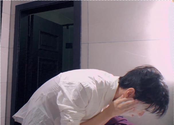 王俊凯和刘昊然泡温泉,肤色差不算啥,看到腹肌的形状:真实了