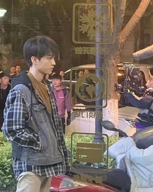女助理帮王俊凯穿衣服,手碰位置令粉丝当场尖叫:手放开,让我来