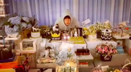 李敏镐34岁6.22生日图片公开 兴奋展示充满礼物的房间