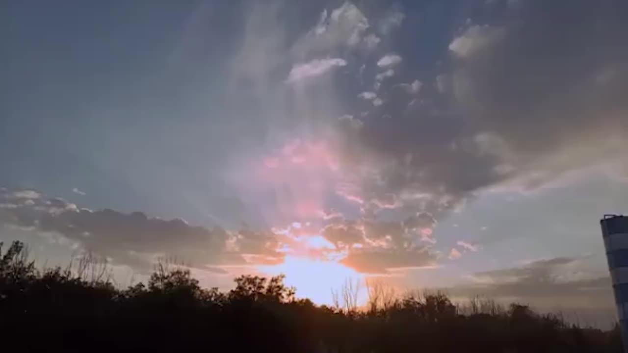超美!北京落日余晖映晚霞,天空染上浪漫颜色宛如漫画场景