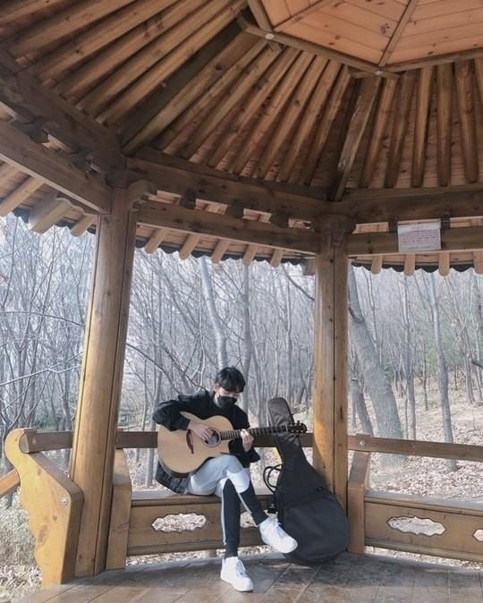 金在奂公开近况照片拿着吉他说:谁也无法阻挡我的热情