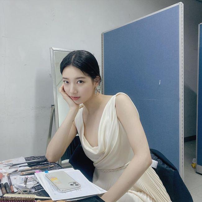 裴秀智身穿白色连衣裙自诩女神般的视觉效果