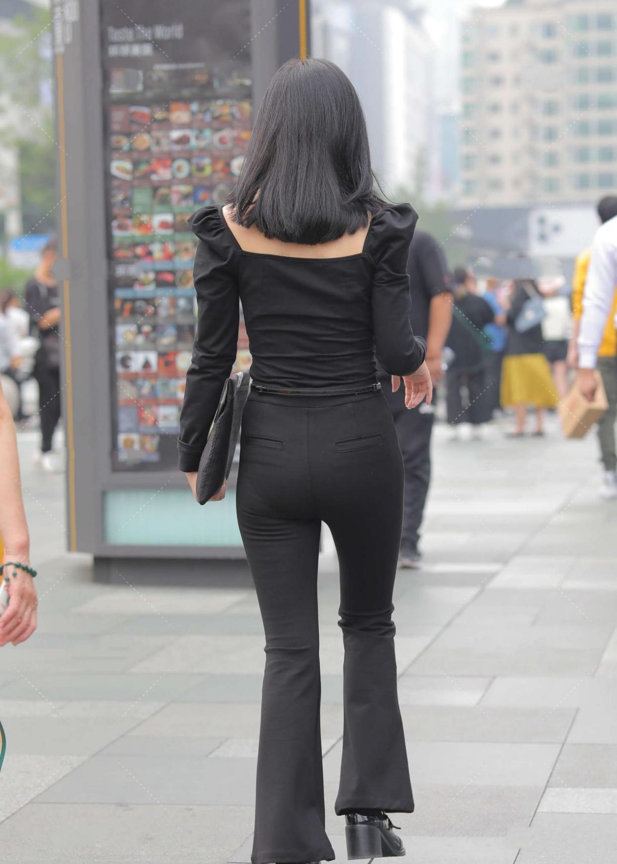 宫廷风格十足的上衣,搭配黑色西装裤,更显高级独特感