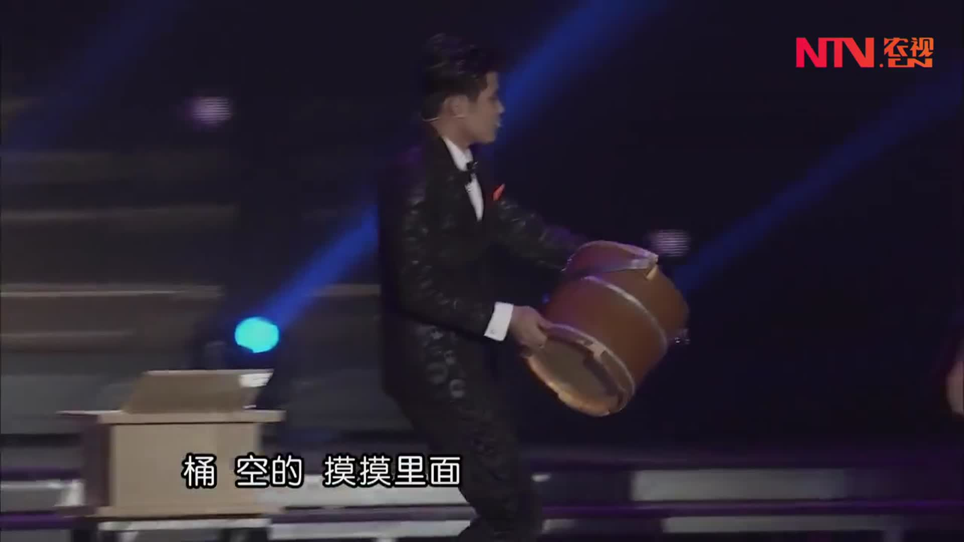 小伙表演魔术移动的鸭子,竟然能隔空把鸭子变到木桶里,太神奇了