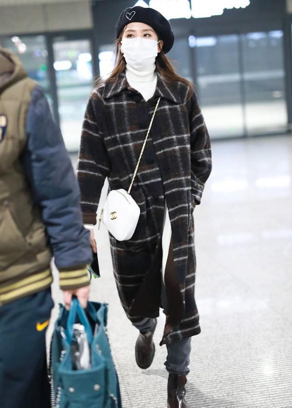 刘诗诗的长相挺温婉的,穿复古风的大衣港味十足,太有魅力了