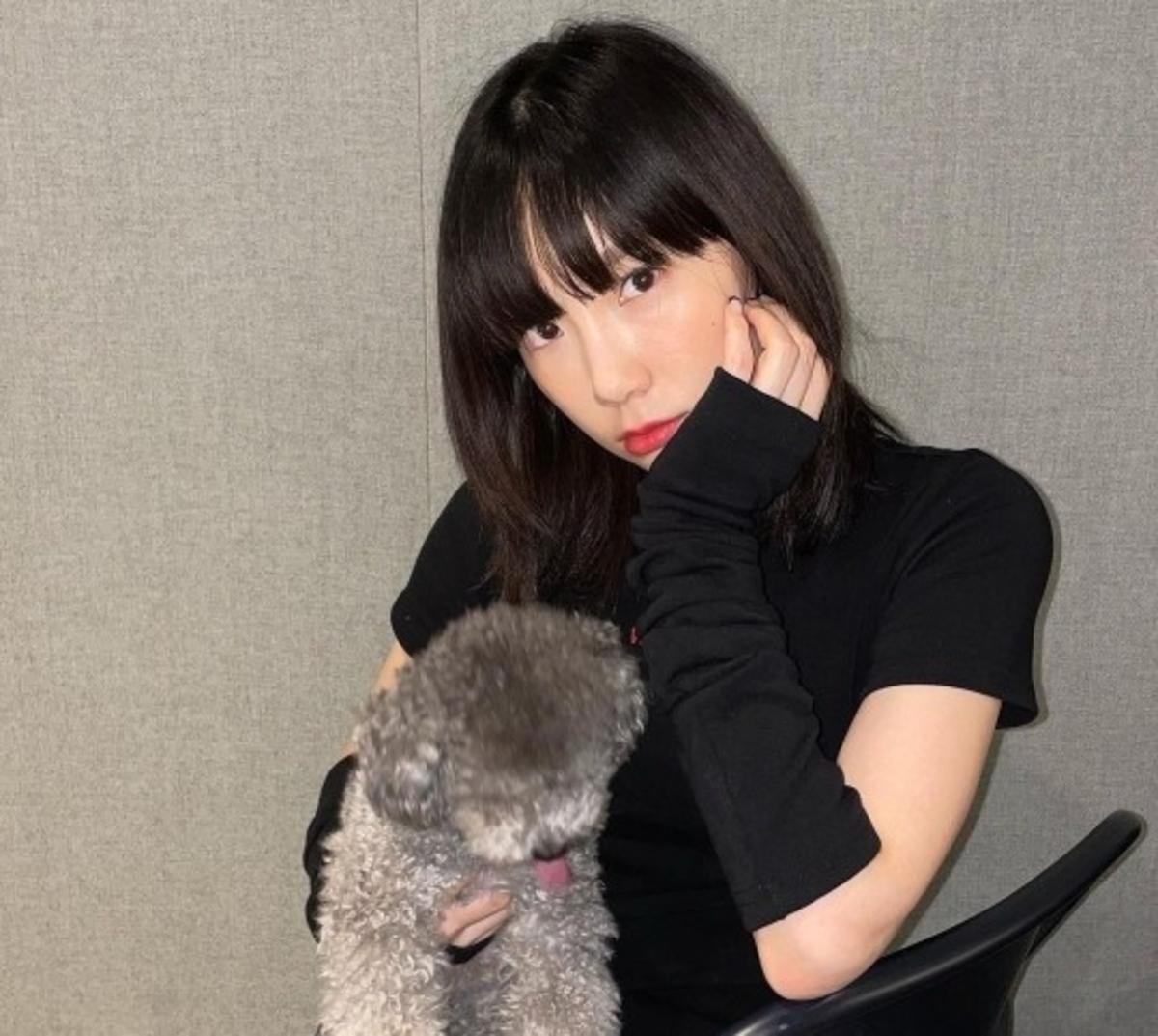 少女时代金泰妍与爱犬合照笑容满面 时尚黑色搭配备受瞩目