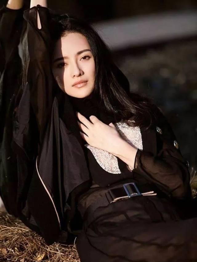 张芷溪与男友金瀚秀穿搭,气质柔弱小鸟依人,给人一种呵护欲