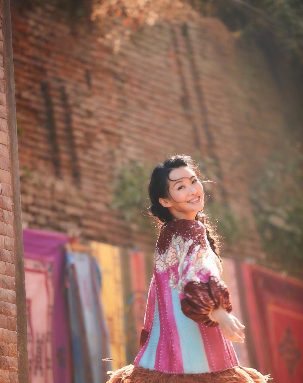 许晴和张嘉倪相差18岁,同穿羽毛亮片裙,输了年龄却赢了气质