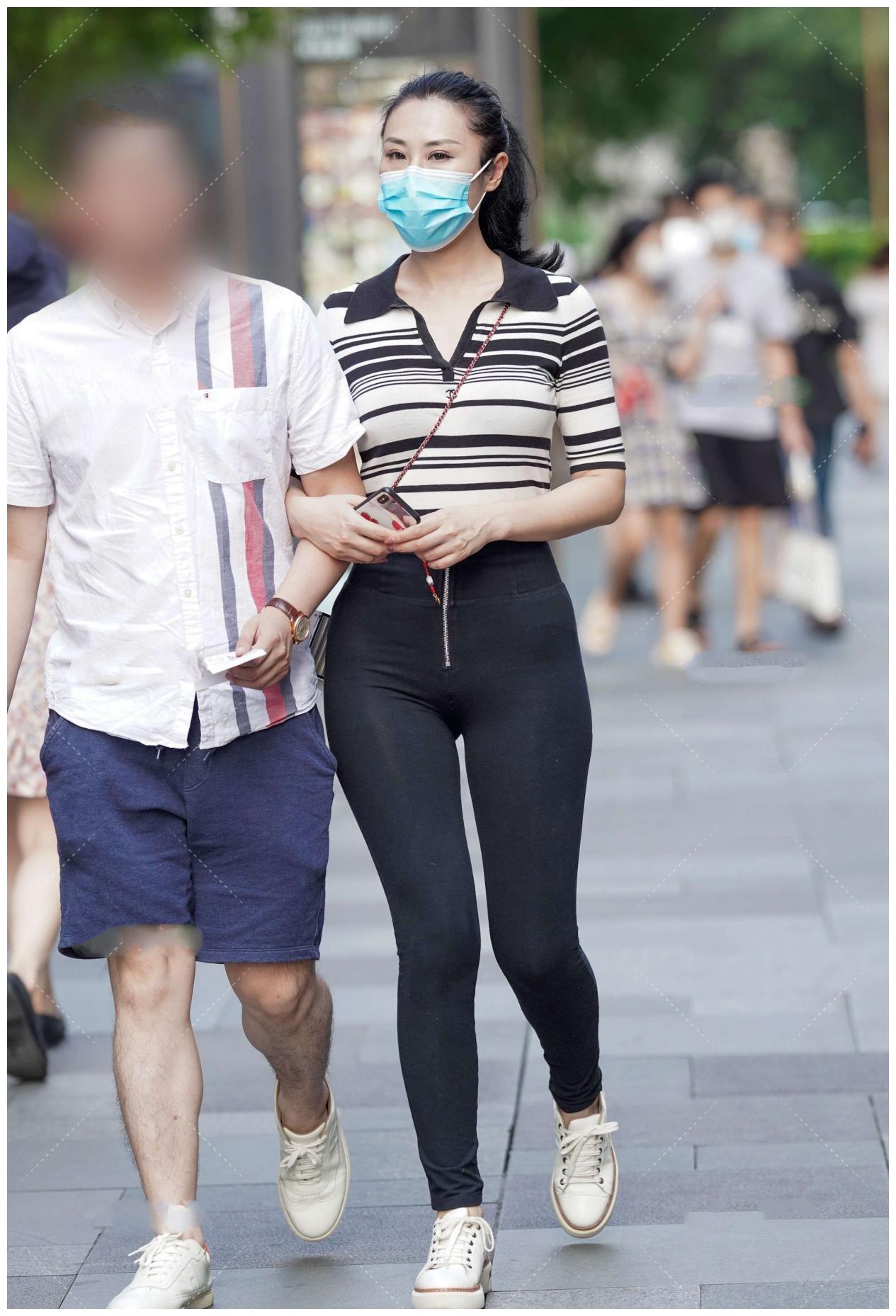 条纹元素上衣搭配高腰打底裤,风格简约时尚,白色帆布鞋百搭