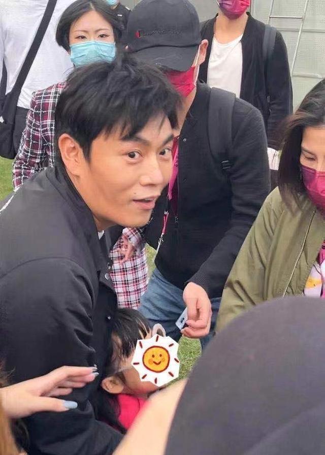 秦昊小米粒现身音乐节为伊能静打气50多岁的她,仍然身材火辣。