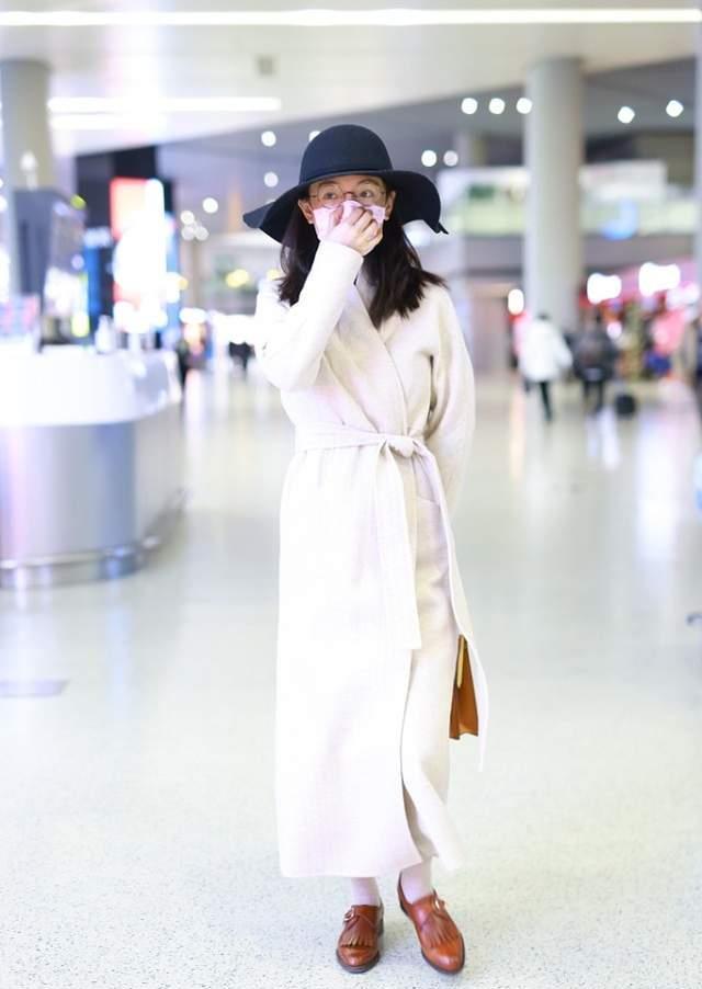 吴倩出门扮成熟女人,穿毛呢外套配礼帽,模样从容优雅像富家小姐