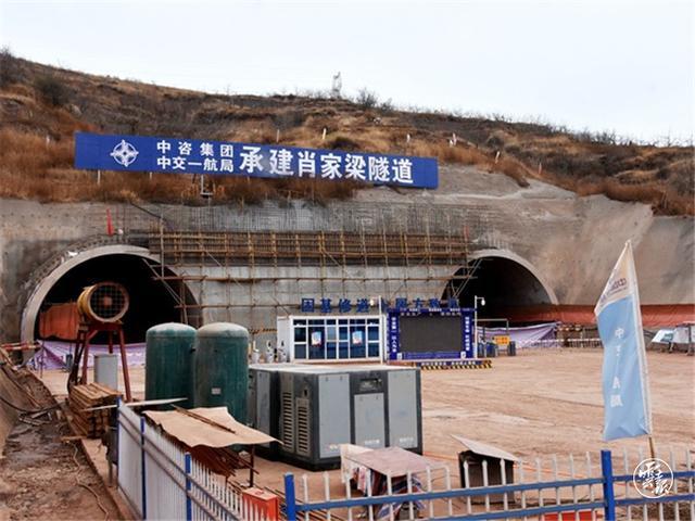云南昭阳西环高速肖家梁隧道双线贯通
