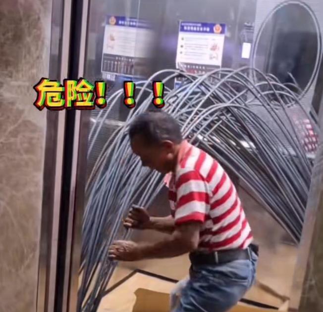 工人用电梯运钢筋,直接掰弯往里塞,网友:人比电梯更危险!