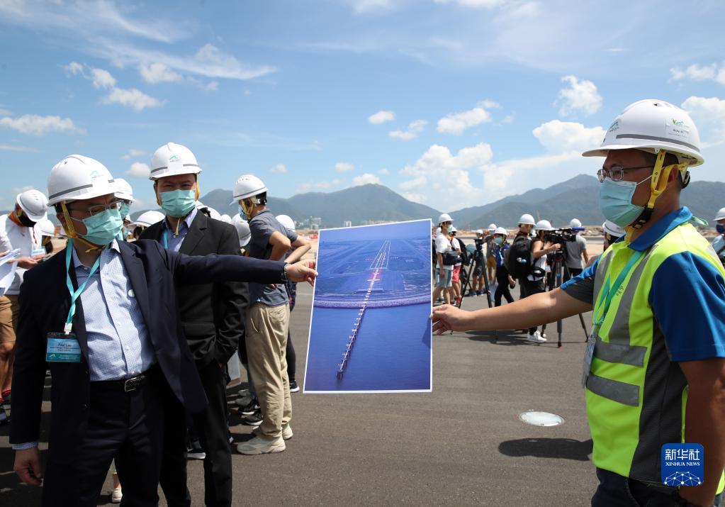 香港国际机场第三跑道铺设工程竣工[组图]