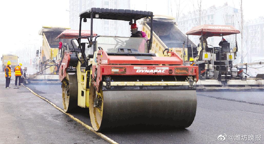 潍坊青年路至月河路路段已开始铺设沥青,计划14日前完成改造