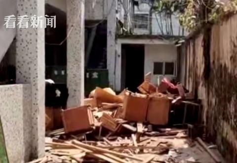 床垫、柜子从天降!附近住户:警察走了,他们继续扔!