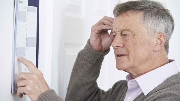 老年痴呆的表现:亲人留意老人性格脾气变化,记忆力也会下降