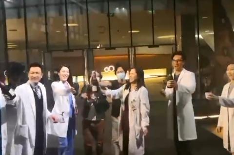 《白色强人2》正式杀青!郭晋安马国明陈豪等主演碰杯庆祝