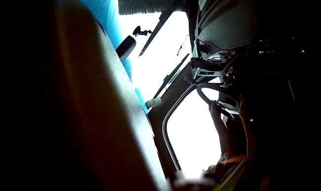 卡车行车记录仪拍下自己被龙卷风吹翻过程