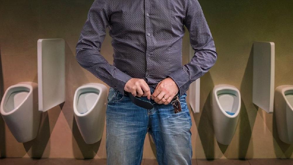 观察早晨的第一泡尿,出现三种情况:颜色改变,尿量异常,有风险