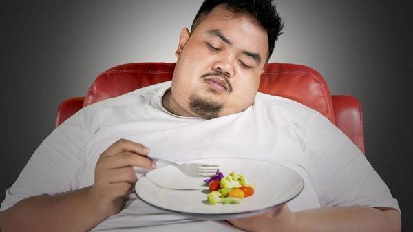 男人容易发福,与热量摄入超标有关,雄性激素分泌下降有关