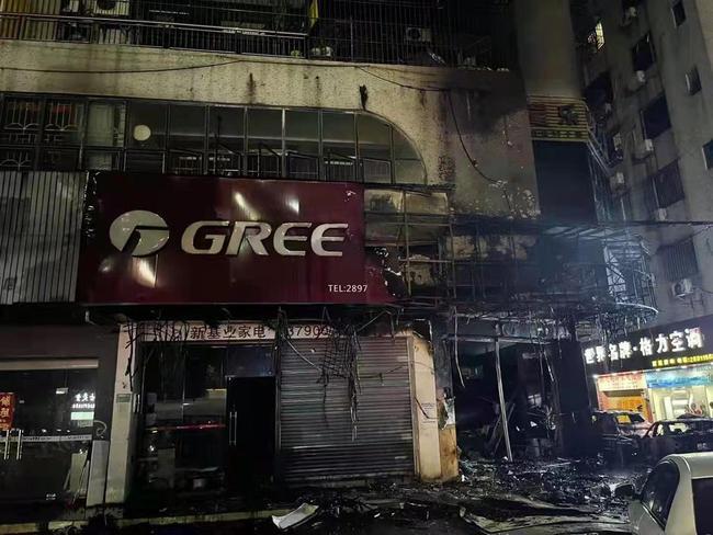广东佛山一电器店起火,目击者:旁边几辆小车也被烧损