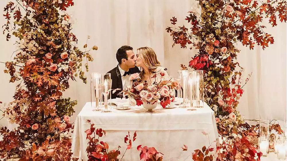 在旧金山举行的艺术博物馆婚礼,采用了季节性的点缀和对家庭的甜蜜致