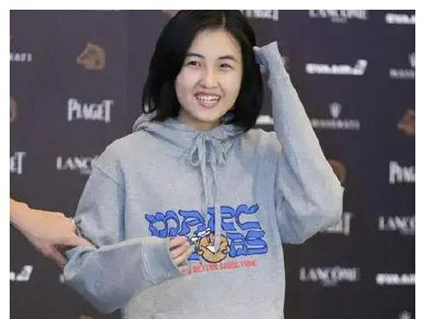 张子枫穿卫衣走红毯视频被翻出,网友暗指刘浩存在镜头前装清纯