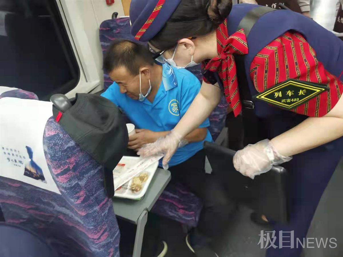 两年后,武汉女列车长救助了同一位旅客
