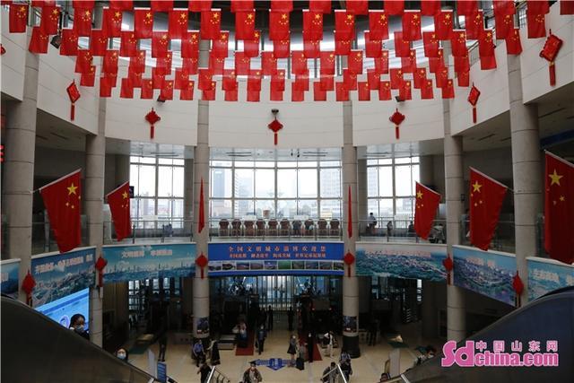 """淄博火车站""""国旗红""""扮靓旅客出行路"""