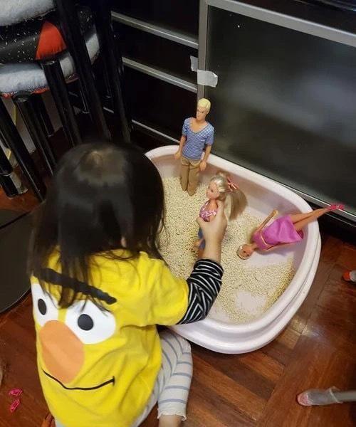 猫砂出现芭比娃娃一家人,主人怀疑是不猫放的,结果原来是女儿放