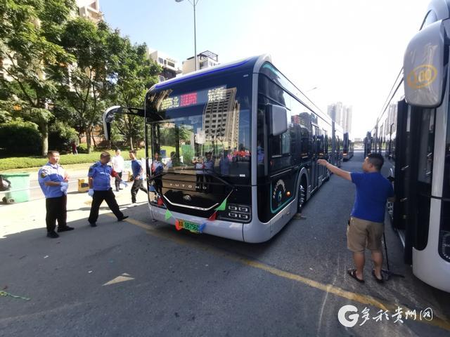 """百万级公交豪车""""黑金刚""""正式发车!底盘可自动升降"""
