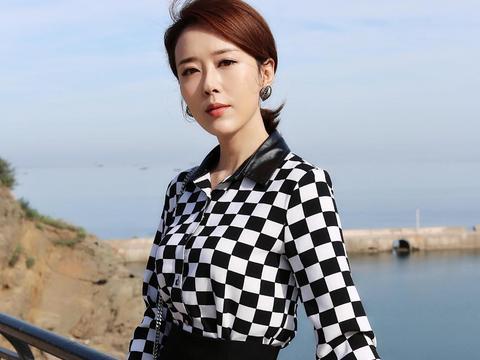 颜丹晨穿衣太另类,白色纱衣配红色半身裙高调个性,也就她能驾驭