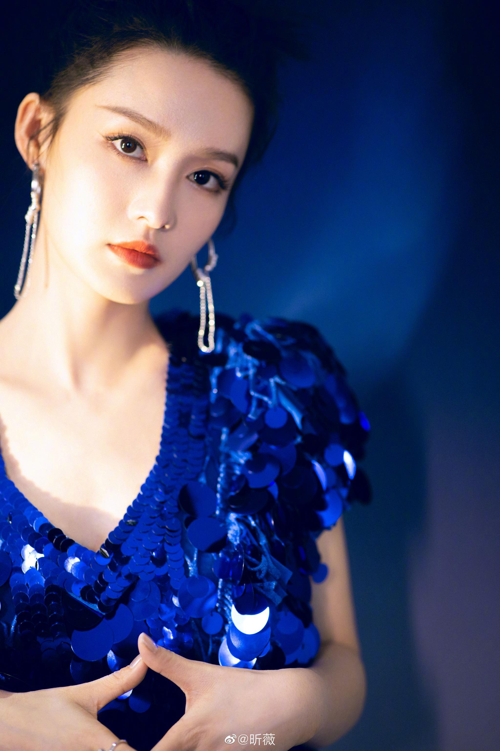 身着深蓝色亮片裙亮相舞台,V领露背设计大秀锁骨美背……