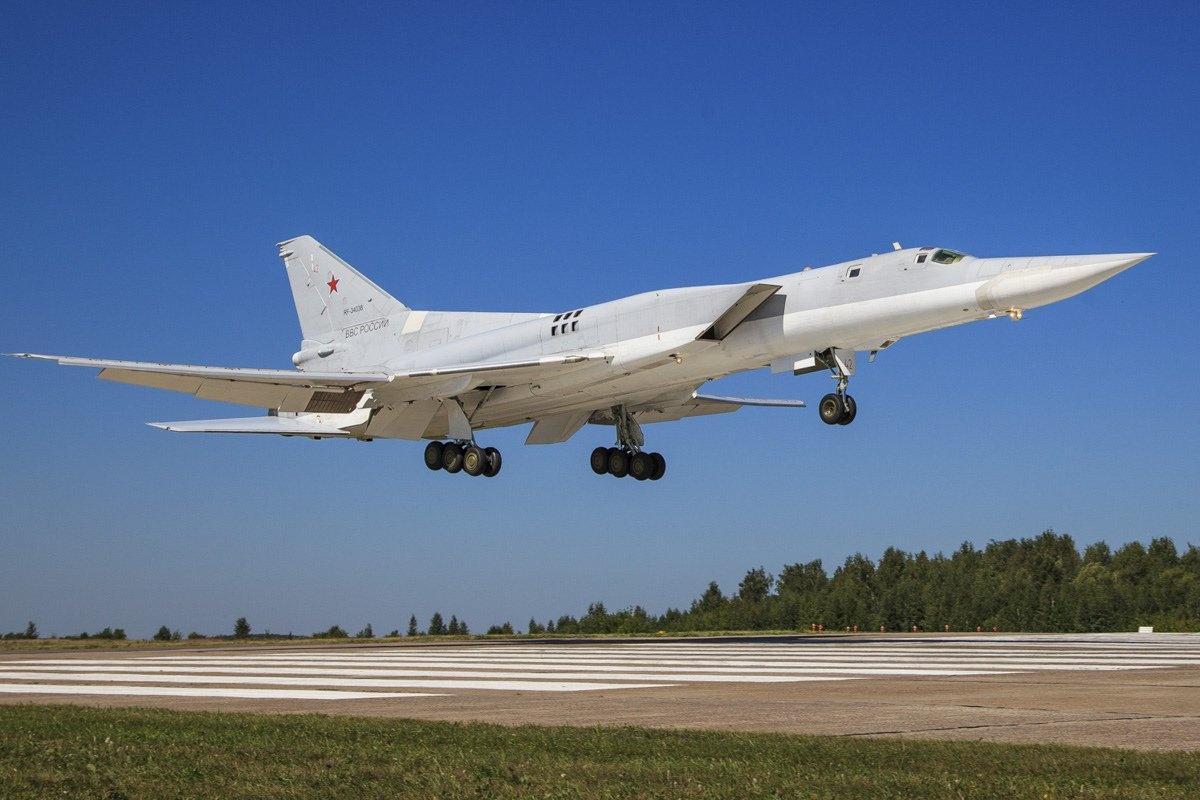 3架重轰飞越关键海域,美军F16全程观望不敢拦,日澳表示很失望