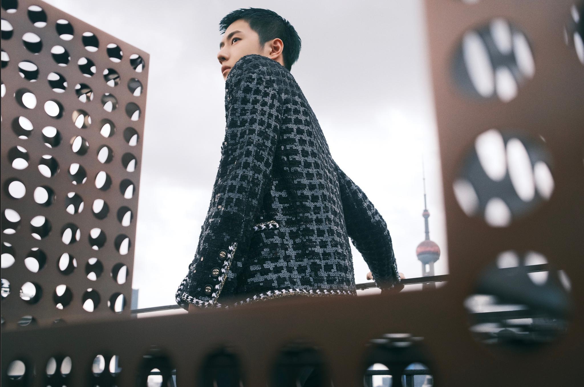 CHANEL 2.0造型释出,黑色亮片斜纹软呢外套搭配高级珠宝……