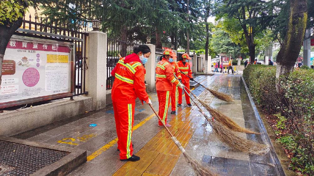 古城区投控集团助力文明城市创建  装扮丽江最靓的gai