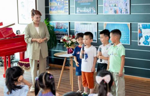 """乌兰图雅""""站在草原望北京""""音乐公开课""""点燃""""孩子的心灵"""