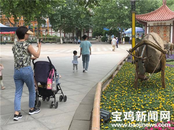 """""""三牛精神""""园林景观亮相宝鸡人民公园"""
