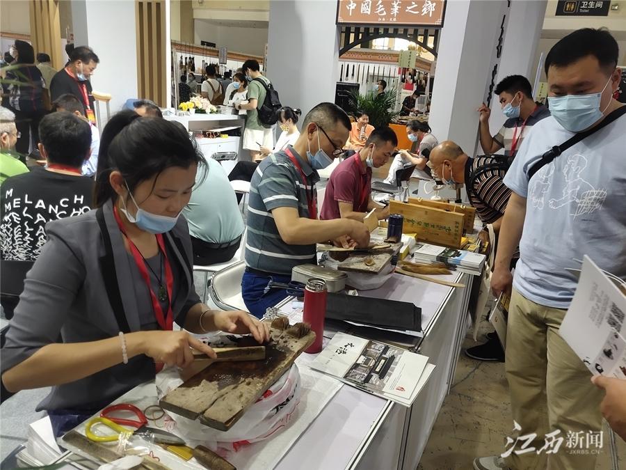 """文港55家制笔企业""""组团""""亮相全国文房四宝艺术博览会"""