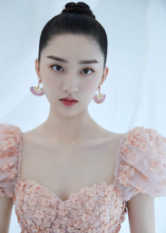 上海电影节造型,翩翩花裙少女眉目如画……