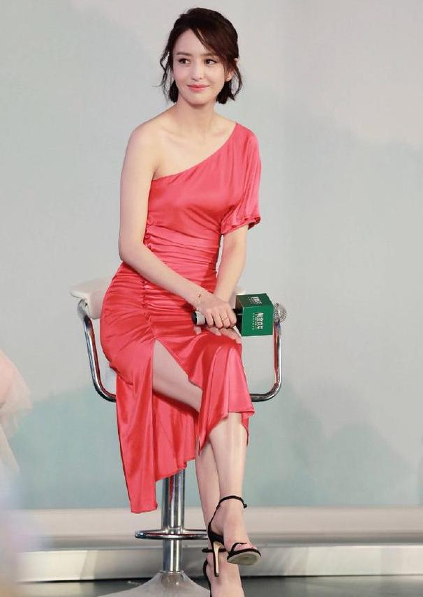 看不出佟丽娅还挺有肉感,穿露肩开叉连衣裙亮相,身材曲线很性感
