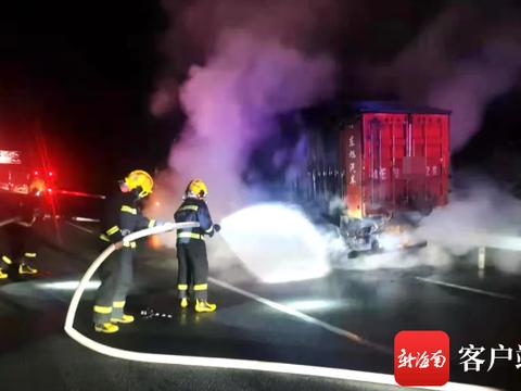 海南环岛高速上一重型货车突然自燃 直击救援现场
