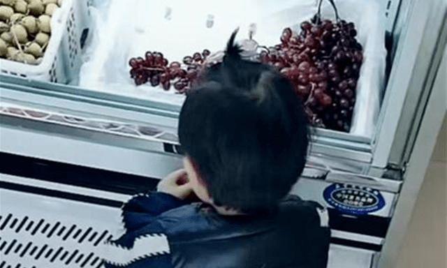 """宝宝想吃车厘子,妈妈只买""""一颗""""被店员嘲讽,神回复让人敬佩"""