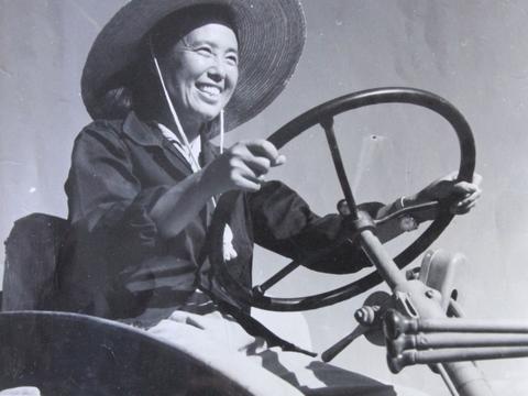 风展红旗 党在新疆100年·遍地风流⑩丨金茂芳:新中国第一代女拖拉机手