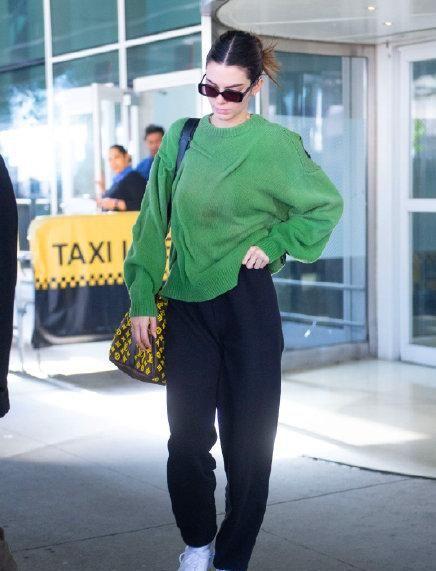 海莉身穿绿色风衣+抹胸,清新又性感,用原谅色引领春季时尚潮流
