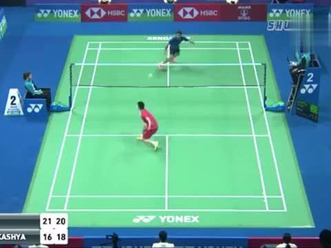 乔斌夺冠后,激动的把拍子扔向空中,穿过网下和对手对碰脸