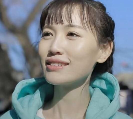 """马蓉又""""作妖"""",穿中式红袄拍老北京街景,一股网红风"""
